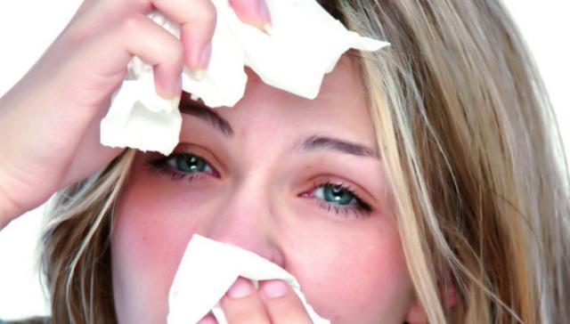 Почему щиплет и слезятся глаза и что делать? Причины и лечение на ...